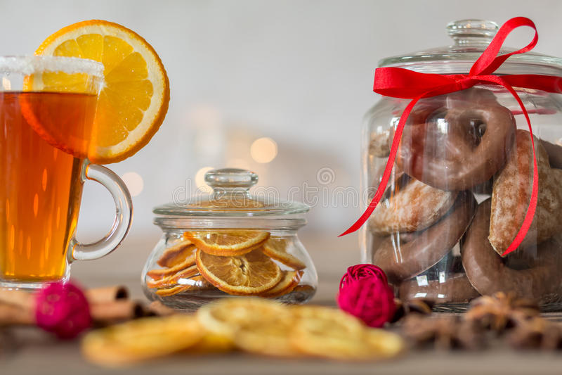 Plätzchenglas und Teeglas stockfotos