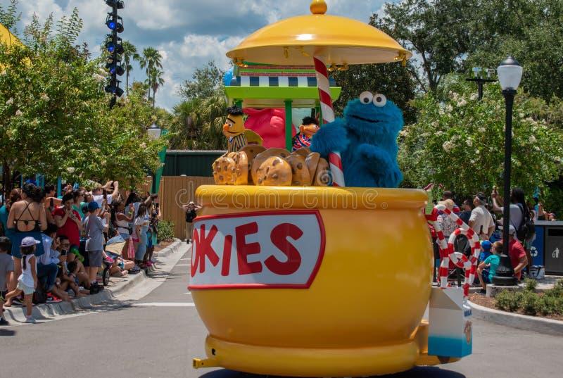 Plätzchenmonster auf buntem Floss in der Sesame Street-Partei-Parade bei Seaworld 3 stockbilder