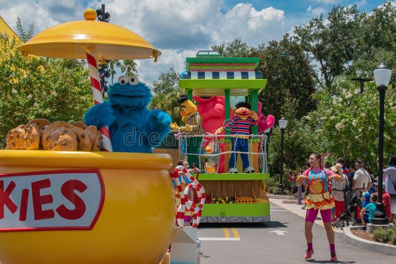 Plätzchenmonster auf buntem Floss in der Sesame Street-Partei-Parade bei Seaworld 2 lizenzfreie stockfotografie