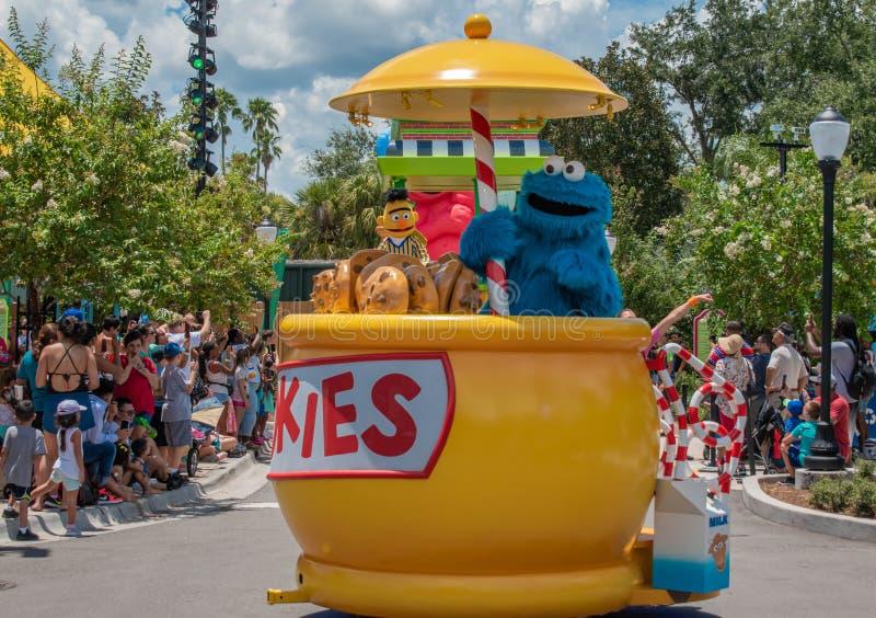 Plätzchenmonster auf buntem Floss in der Sesame Street-Partei-Parade bei Seaworld 1 lizenzfreies stockfoto