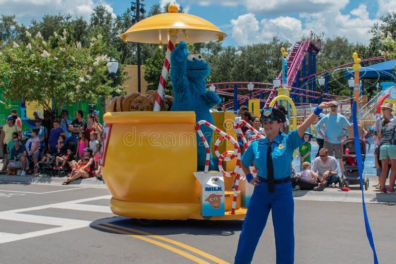 Plätzchenmonster und -Polizistin in der Sesame Street-Partei-Parade bei Seaworld 2 lizenzfreie stockfotos