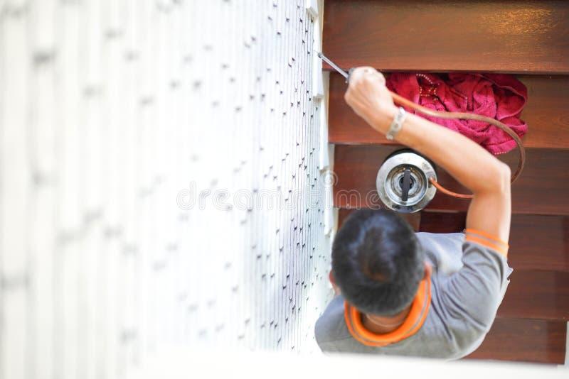 Plågatermit kontrollerar service på trätrappan i det nya huset som har termittecken inom den fokus på personals hand arkivbild