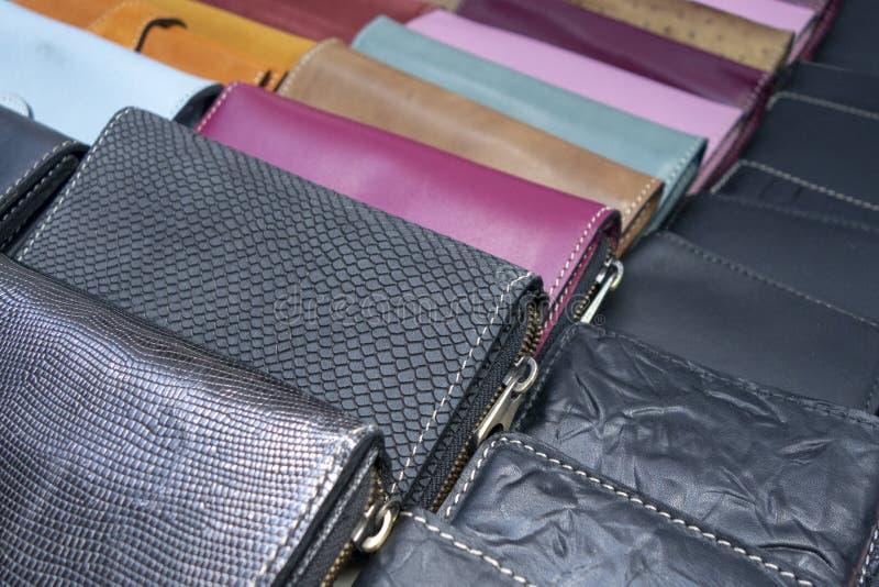 Plånböcker och fackböcker som visas på den till salu marknaden royaltyfri fotografi
