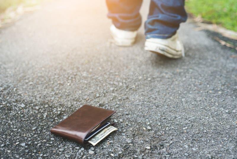 Plånbok på golvet Mannen förlorade hans plånbok fotografering för bildbyråer