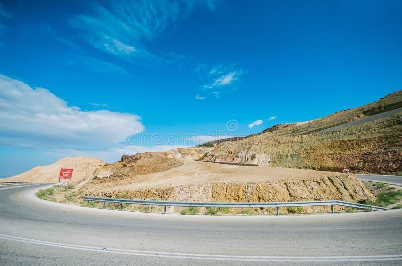 Plötsligt vänd på huvudvägen i bergdalen av Jordanien royaltyfria foton