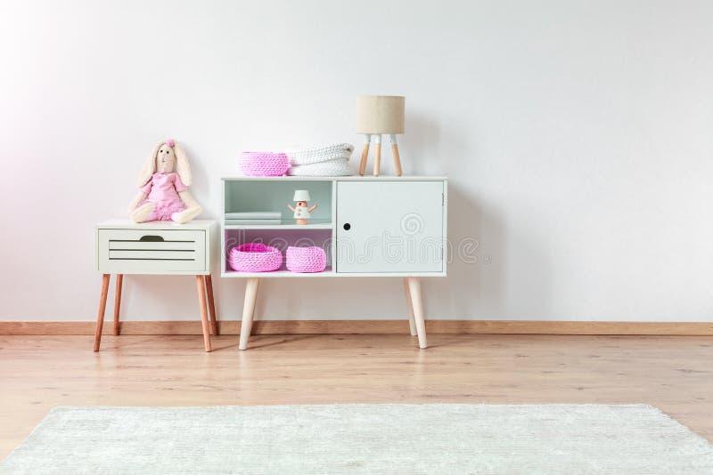 Plüschkaninchen in Kind-` s Raum lizenzfreie stockfotografie