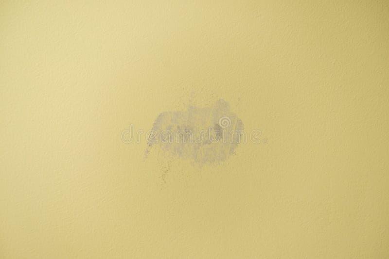 Pl?tr? avec le trou de gypse dans le mur jaune images libres de droits