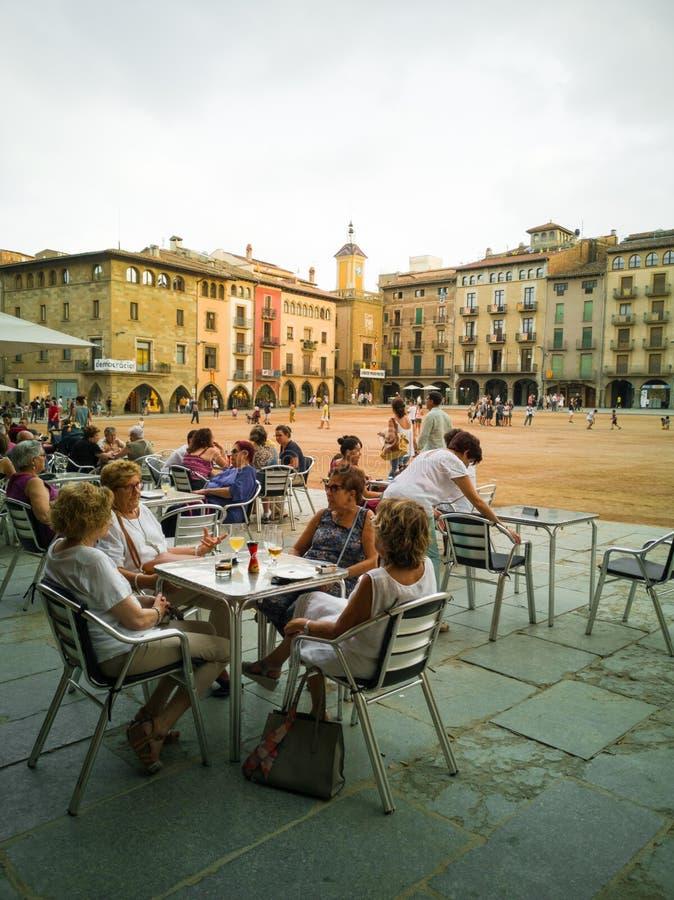 Plaça Majorsquadrat Vic mit den entspannenden Leuten stockbilder