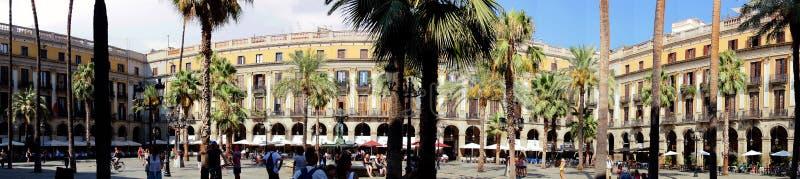Plaça Reial som är upptagen med hungriga turister royaltyfri bild