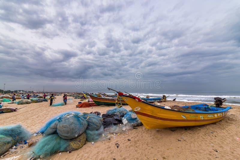 Plaża przy ulicznym rybim rynkiem w Chennai, India zdjęcia stock
