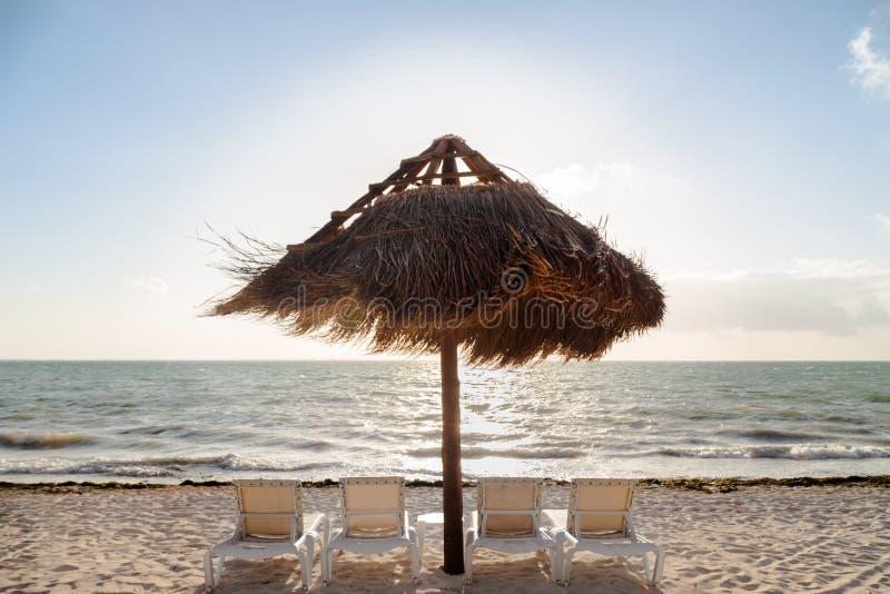 Plażowi krzesła na białej piasek plaży z palapa projektują parasol fotografia royalty free