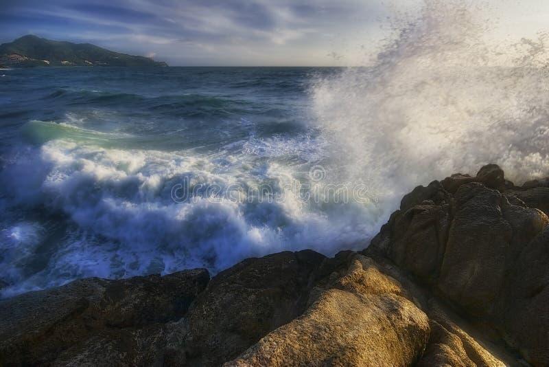 plaż skał morza rozłamu fale obraz stock