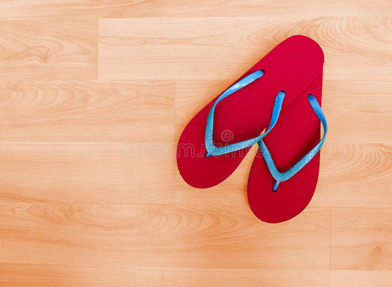 Plaża buty, trzepnięcie klapy i błękitna błyskotliwość, - czerwień, wakacyjny backgrou zdjęcia stock