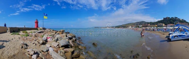 Plaża Castiglione della Pescaia z latarniami morskimi i kasztelem, Tuscany, Włochy fotografia royalty free