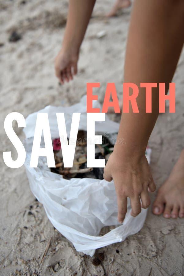 Plaża czyści w górę wolontariusza na Hua Hin plaży, Tajlandia zdjęcia royalty free