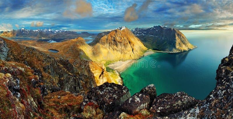 Plaża góra krajobrazowy Norwegia, Lofoten, - fotografia stock