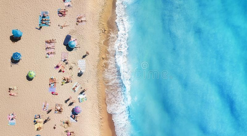 Plaża i fale od odgórnego widoku Turkusu wodny tło od odgórnego widoku Lata seascape od powietrza Odgórny widok od trutnia obraz stock