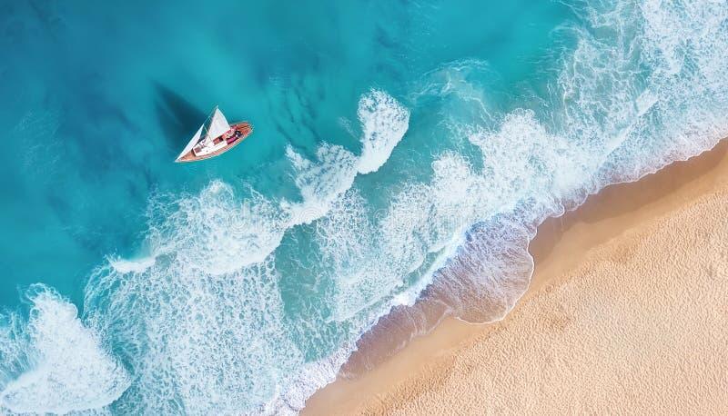 Plaża i fale od odgórnego widoku Widok z lotu ptaka luksusowy odpoczywać przy słonecznym dniem Lata seascape od powietrza Odgórny zdjęcia royalty free