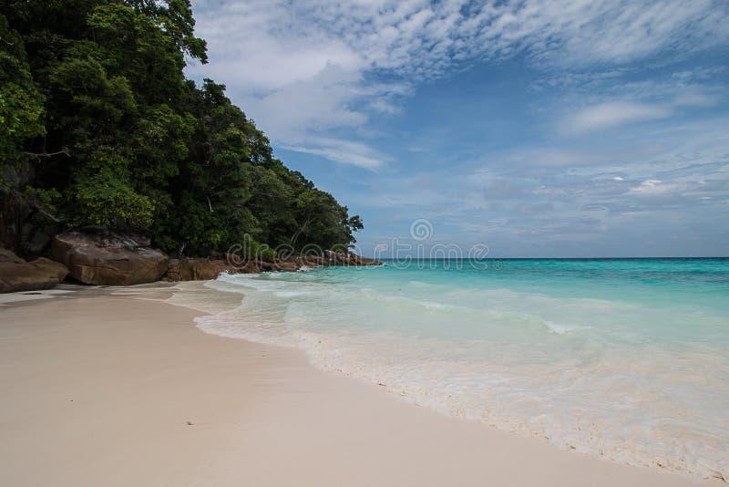 Plaża i morze na niebieskim niebie zdjęcie royalty free