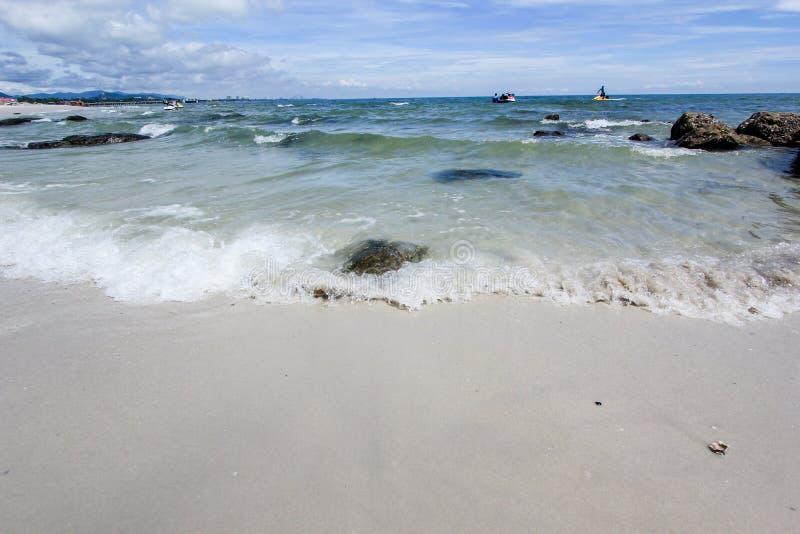 Plaża i morze z niebem zdjęcie royalty free