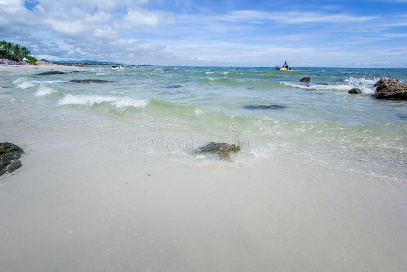 Plaża i morze z niebem fotografia stock