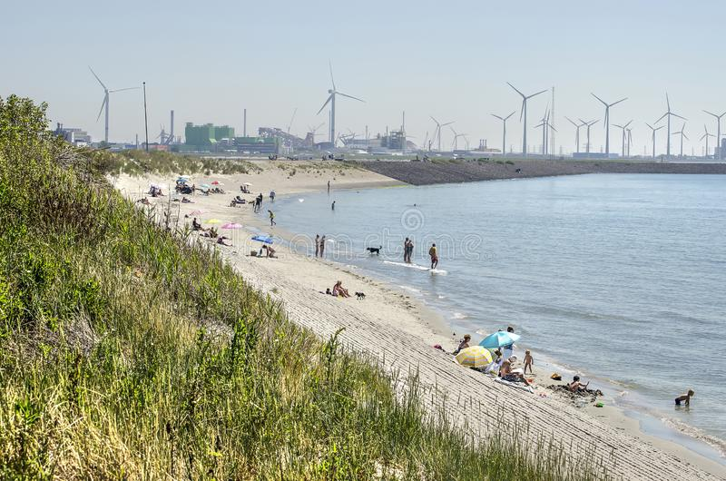 Plaża i strefa przemysłowa obraz stock