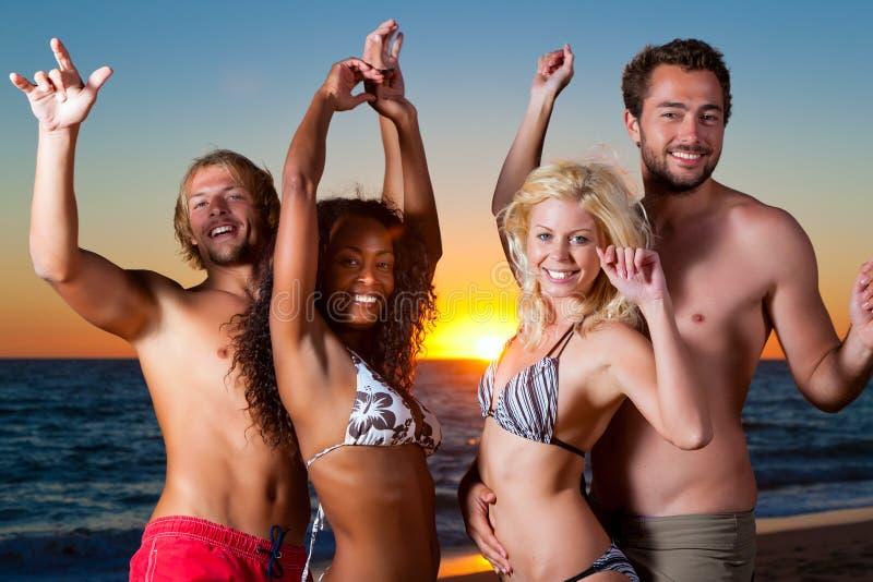 plaża ma partyjnych ludzi zdjęcie stock