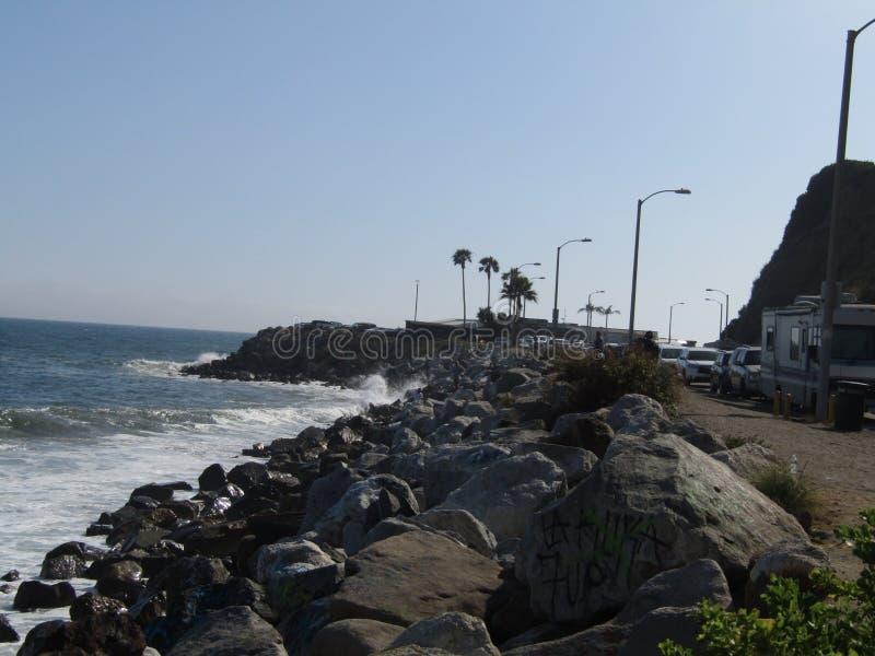 Plaża macha skały los Angeles Malibu za bocznym świetle słonecznym zdjęcia royalty free