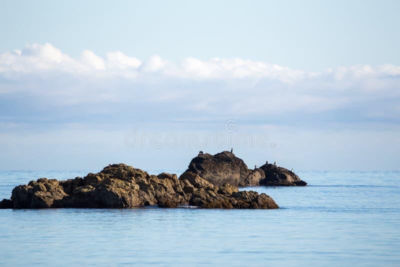 Plaża, morze i skały, kształtujemy teren fotografię obrazy stock