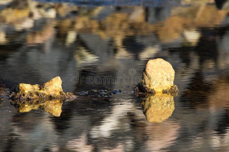 Plaża, morze i skały, kształtujemy teren fotografię zdjęcia stock