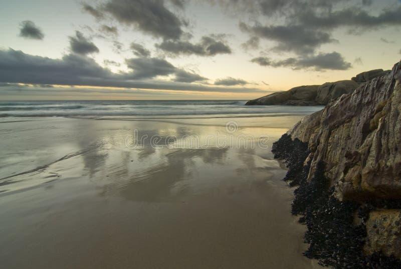 plaża nad skalistym zmierzchem fotografia royalty free