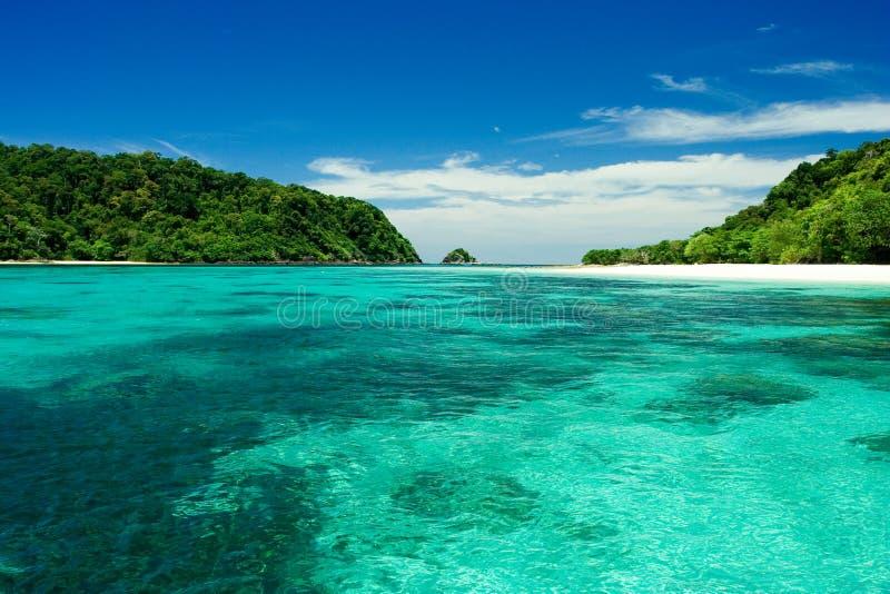 Plaża, piasek, morze w raj wyspie. obrazy royalty free