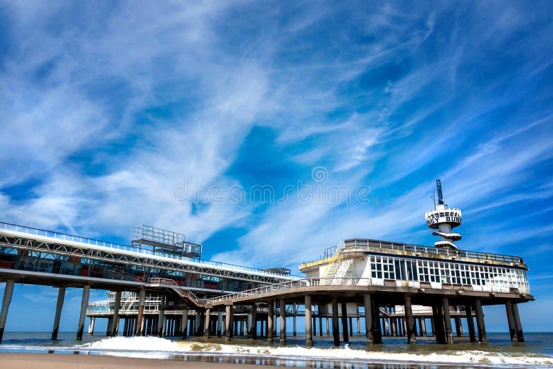 Plaża przegapia starego molo Scheveningen zdjęcia stock