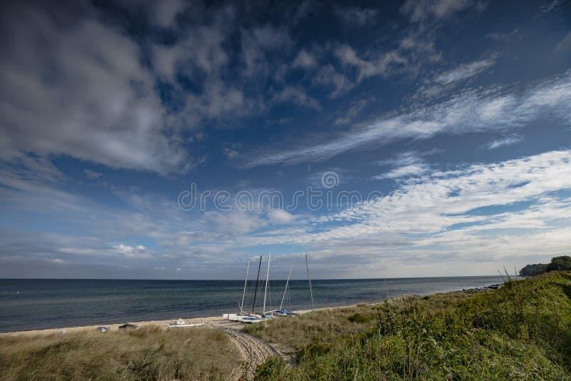 Plaża przy morzem bałtyckim z catamarans obrazy stock