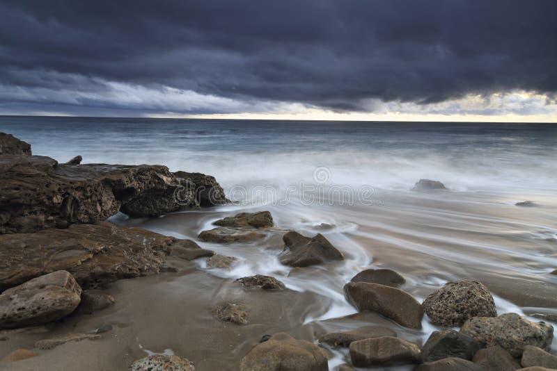 Plaża przy półmrokiem zdjęcie royalty free