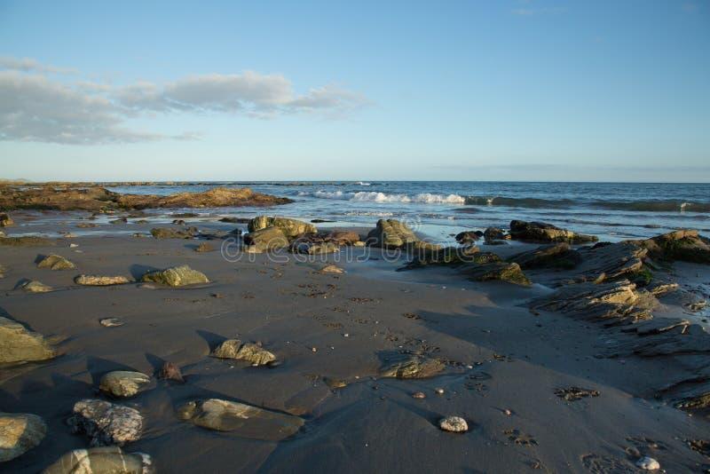 Plaża przy zmierzchem w Cornwall, Anglia zdjęcia stock