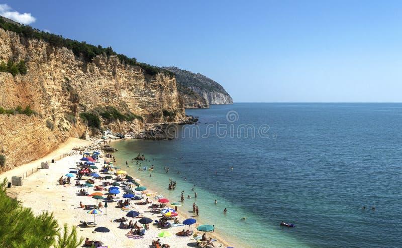 Plaża Punta rossa w Mattinata, Gargano, Apulia - zdjęcie stock