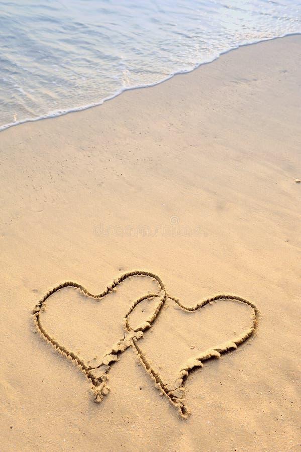 plaża rysujący serca dwa zdjęcie royalty free
