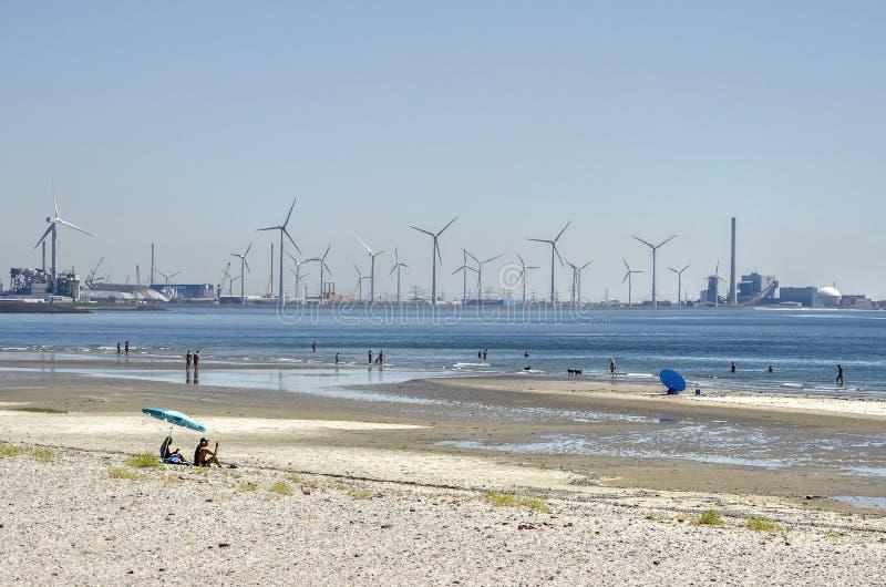 Plaża, silniki wiatrowi, elektrownia nuklearna obraz royalty free