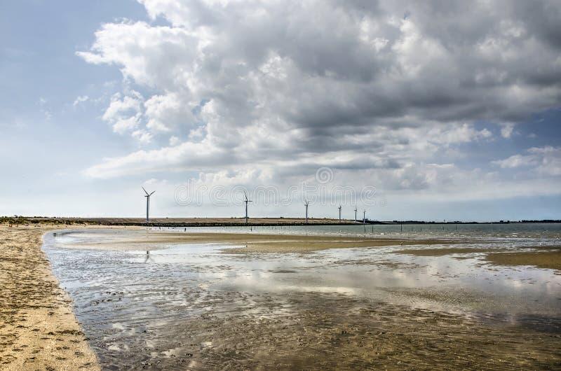 Plaża, tama i chmury, fotografia stock
