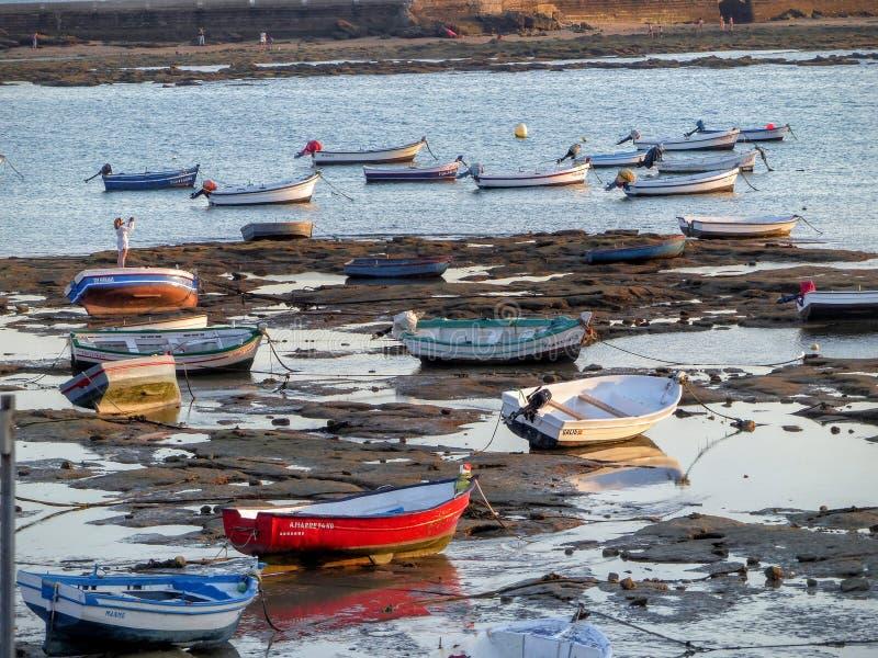 Plaża w niskim przypływie z łodziami w piasku Cadiz w Andalusia, Hiszpania zdjęcia royalty free