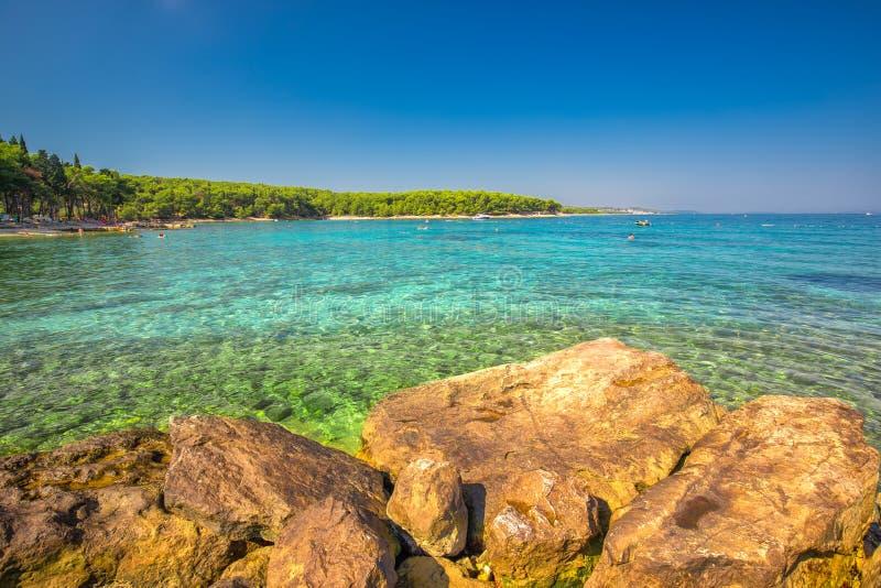 Plaża w Supetar miasteczku na Brac wyspie z turkusu jasnego wodą, Supetar, Brac, Chorwacja, Europa fotografia stock