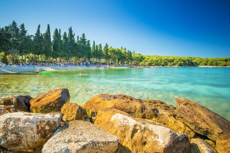 Plaża w Supetar miasteczku na Brac wyspie z turkusu jasnego wodą, Supetar, Brac, Chorwacja, Europa zdjęcia royalty free