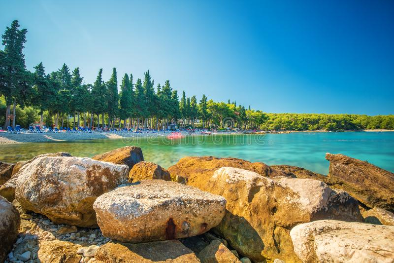 Plaża w Supetar miasteczku na Brac wyspie z turkusu jasnego wodą, obrazy royalty free