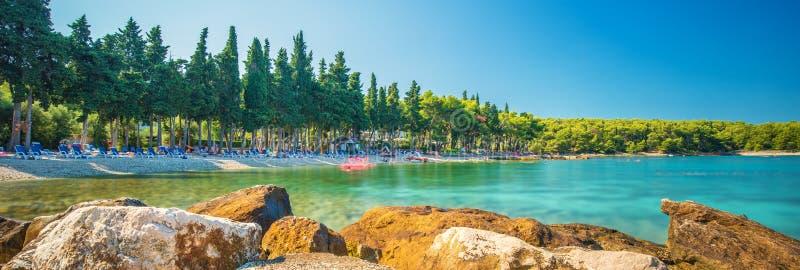 Plaża w Supetar miasteczku na Brac wyspie z turkusu jasnego wodą, Supetar, Brac, Chorwacja, Europa zdjęcie stock