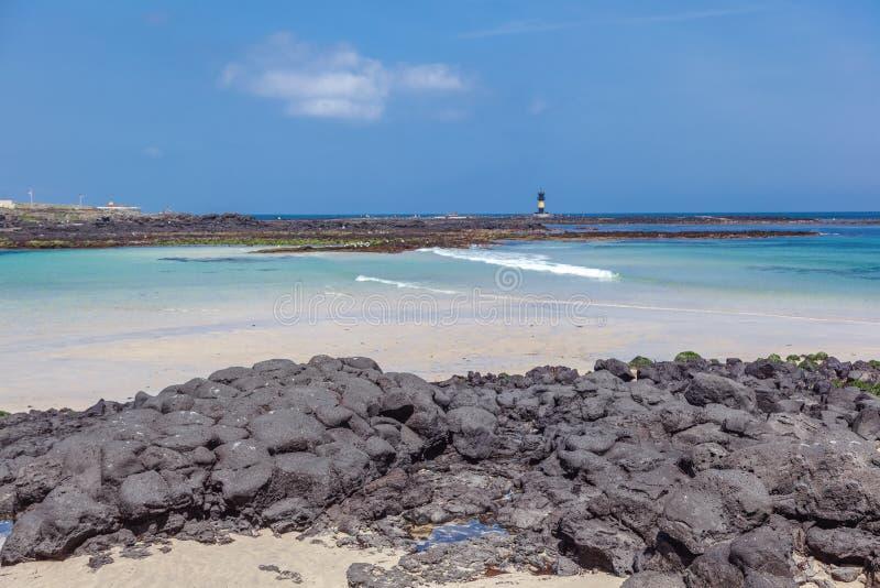 Plaża z białymi piaska i czerni kamieniami na Udo wyspie, wycieczka korea południowa, seascape obraz stock