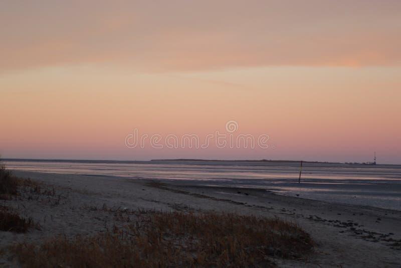 Plaża z diunami w morzu i jest wyspą obraz stock