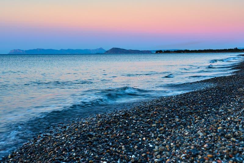 Plaża z falami na zachodzie słońca Kreta, Grecja zdjęcie royalty free