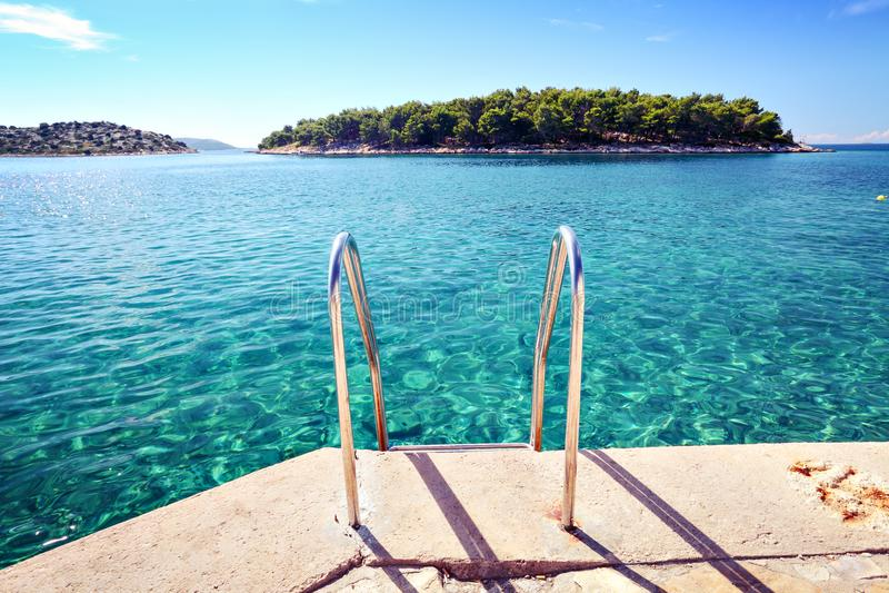 Plaża z jasną wodą morską i wyspą obraz royalty free