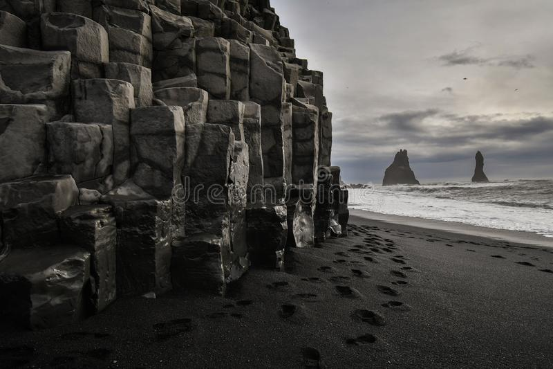 Plaża z kamieniami i czarnym piaskiem zdjęcia royalty free